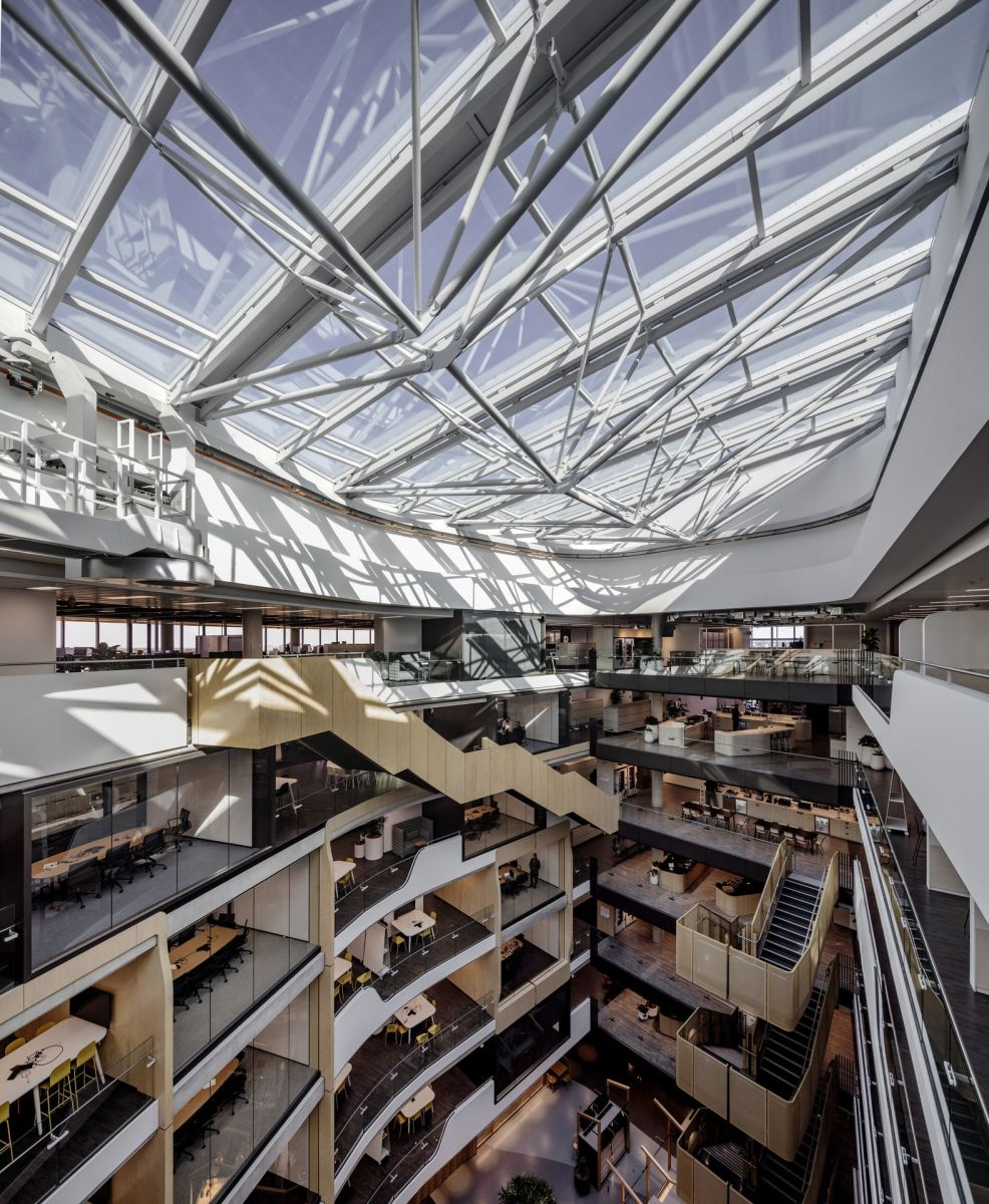The central 8-floor atrium brings daylight into the workspaces.